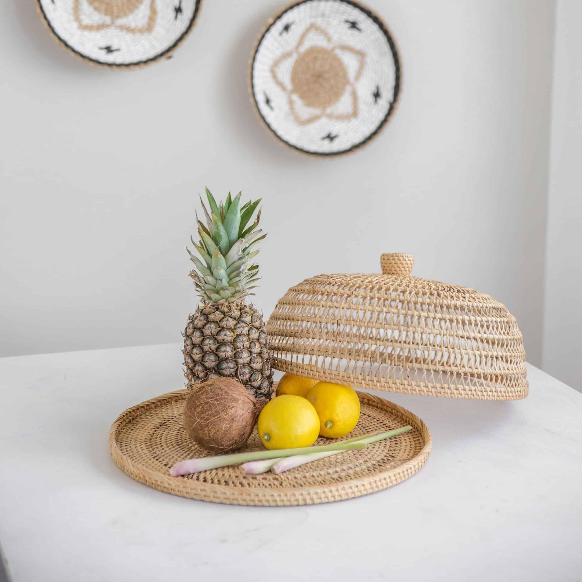 Glosche aus Rattan im natürlichen und maritimen Look für Obst, Käse und Kuchen. Entdecken Sie die geflochtenen Hauben für die Tischdekoration