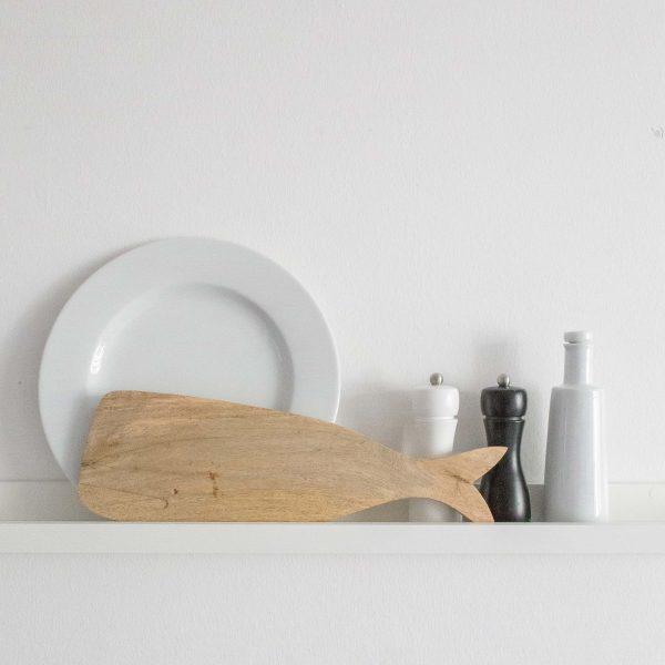 Holzbrett mit Fisch zum Schneiden von Brot und zum Servieren von Speisen. Ein Foodsafe Schneidebrett und zugleich dekorativ an der Wand in der Küche oder Esszimmer
