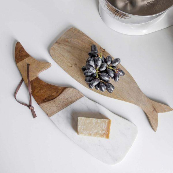 ServierBrett aus lebensmittelechtem Mangoholz mit Marmor | in Form eines süßen Walfisches. Entdecken Sie die hochwertigen Schneidebretter von der Marke Be Home