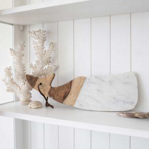 Brett aus Marmor und Holz in Form eines Walfisches. Mit einem Leder Band zum Aufhängen. Sevierbrett, Schneidebrett von Be Home bei Soulbirdee Onlineshop online kaufen