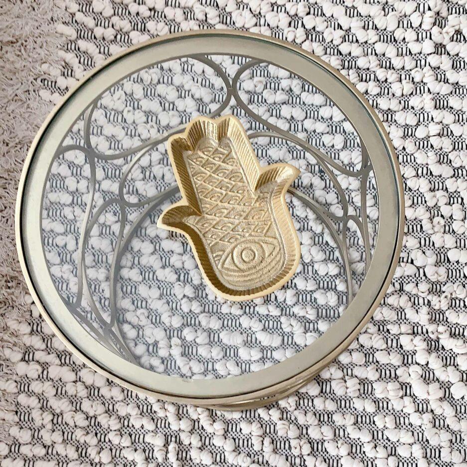 Dekotablett in Gold, Fatimas Hand im marokkanischen Wohnstil. Gold | Liv Interior Entdecke die goldenen Tabletts mit der Fatima und weitere Deko
