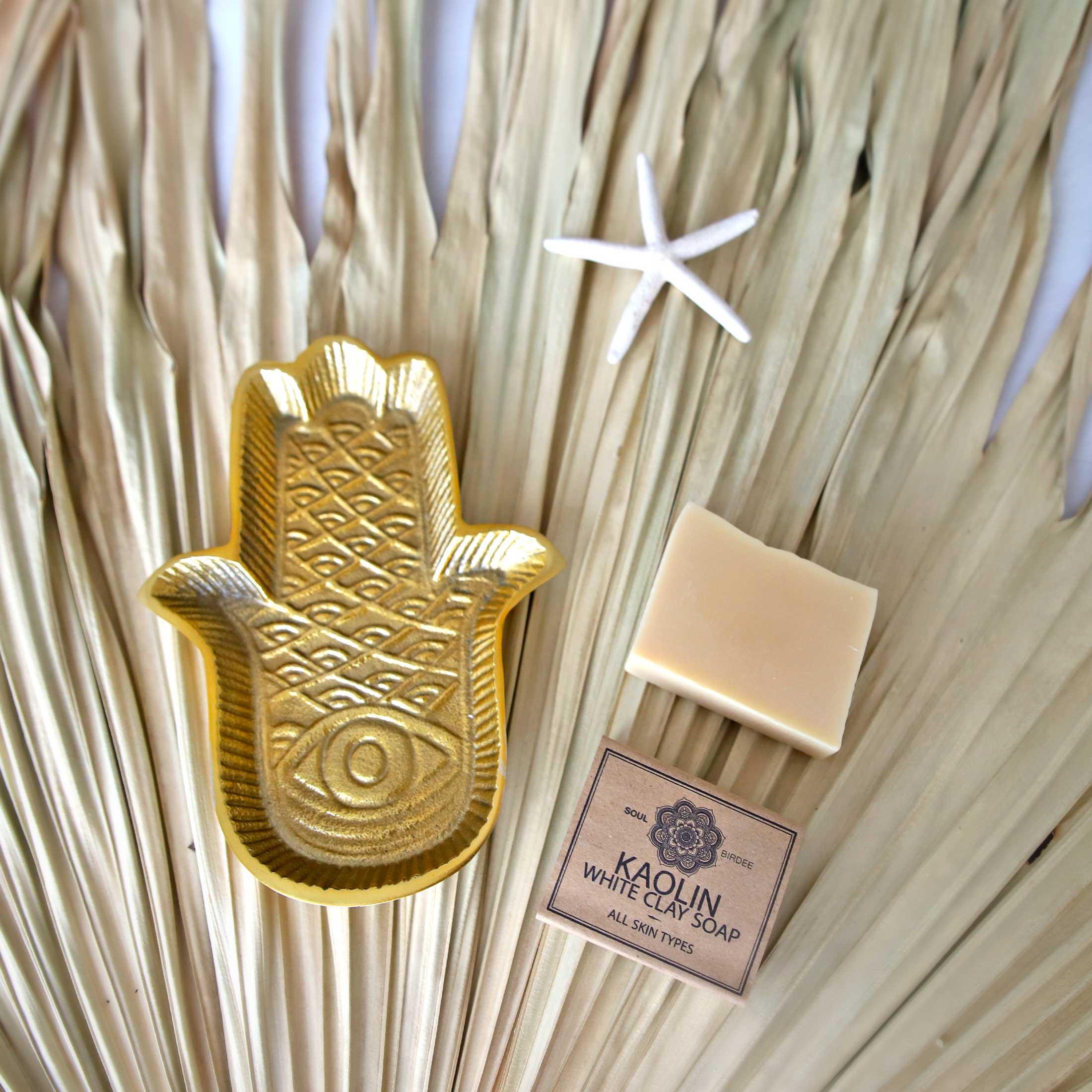 Goldenes Deko Tablett Hamsa Hand   Fatimas Hand von Liv Interior im orientalischen Wohnstil. Traumhafte Tabletts mit der Fatima und weitere Deko bei Soulbirdee Onlineshop kaufen