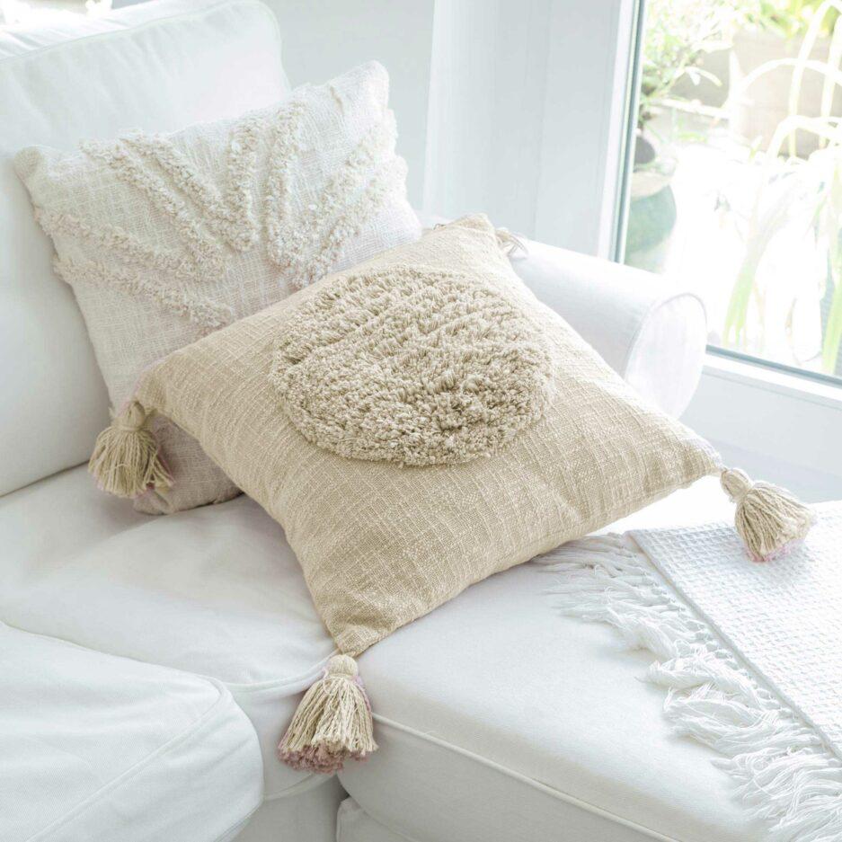 Berber Kissen-Bezug in Cremeweiss aus Baumwolle in 45 x 45 cm von Liv Interior. Traumhafte Kissen mit Bommel & Fransen finden Sie auf Soulbirdee.com