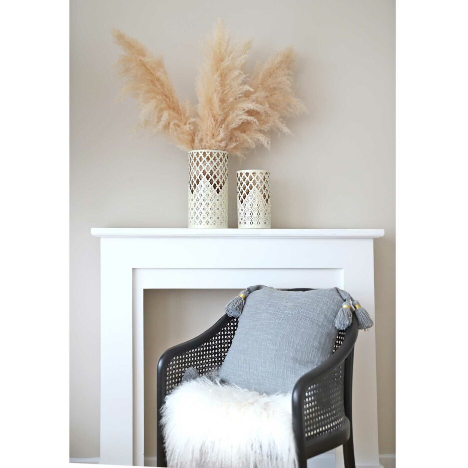 Deko Kissen in Grau in 45 x 45 cm aus Bio Baumwolle mit süßen Bommeln von der Trendmarke Liv Interior. Entdecke die Deko Kissen in Rosa & Grau für das Sofa