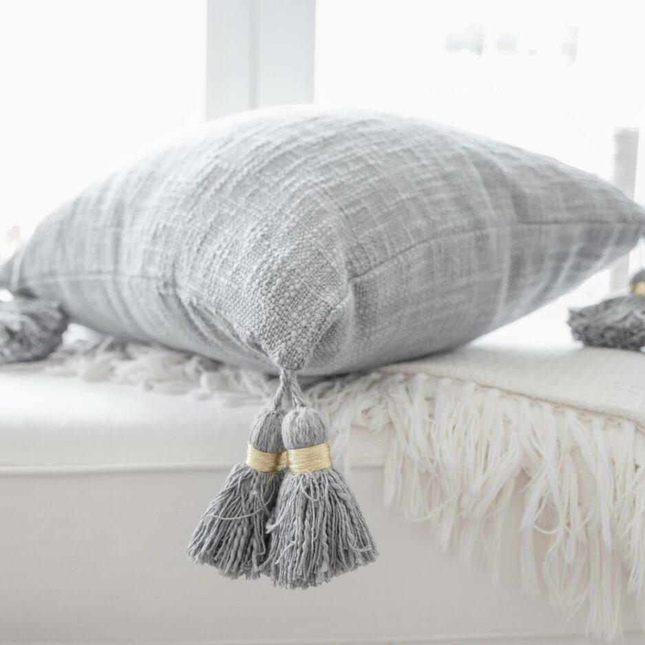 Deko Kissen-Bezug in Grau oder Rosa mit süßen Bommeln von der Marke Liv Interior | 45 x 45 cm aus Bio Baumwolle. Deko Kissen-Bezug für das Sofa