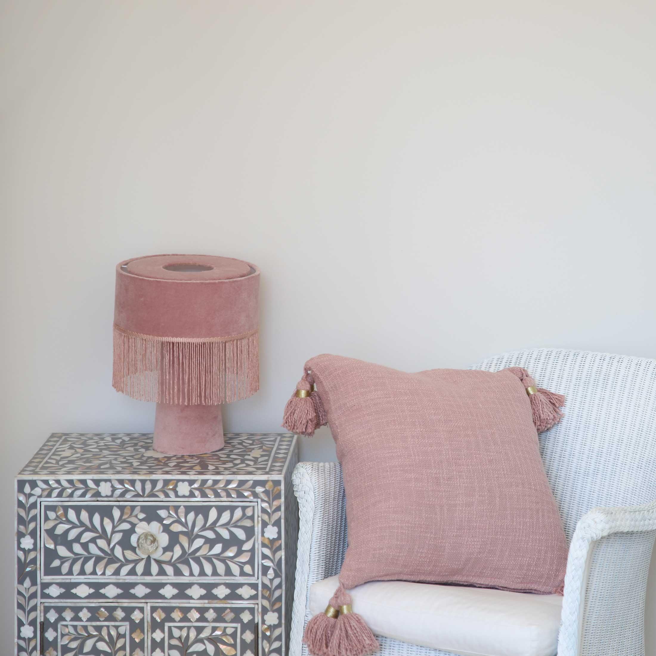 Deko Kissen in Rosa in 45 x 45 cm aus Bio Baumwolle mit süßen Bommeln von der Trendmarke Liv Interior. Deko Kissen in Rosa & Grau mit Pompom kaufen