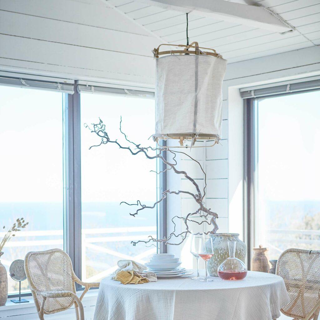 Lampenschirm aus Bambus M für Ihre Einrichtung im Strandhaus Stil. Zu den beliebten Lampen gibt es verschiedene Stoffbezüge. Weiß, Batik, Ibiza