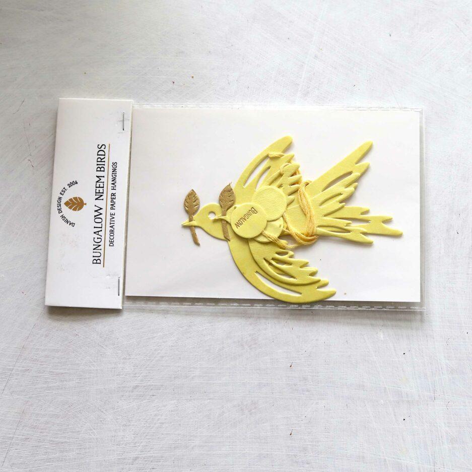 Deko Papier Anhänger Taube in Gelb mit einem goldenen Zweig ist eine Dekoration von der Marke Bungalow DK | online kaufen bei Soulbirdee, schneller Versand