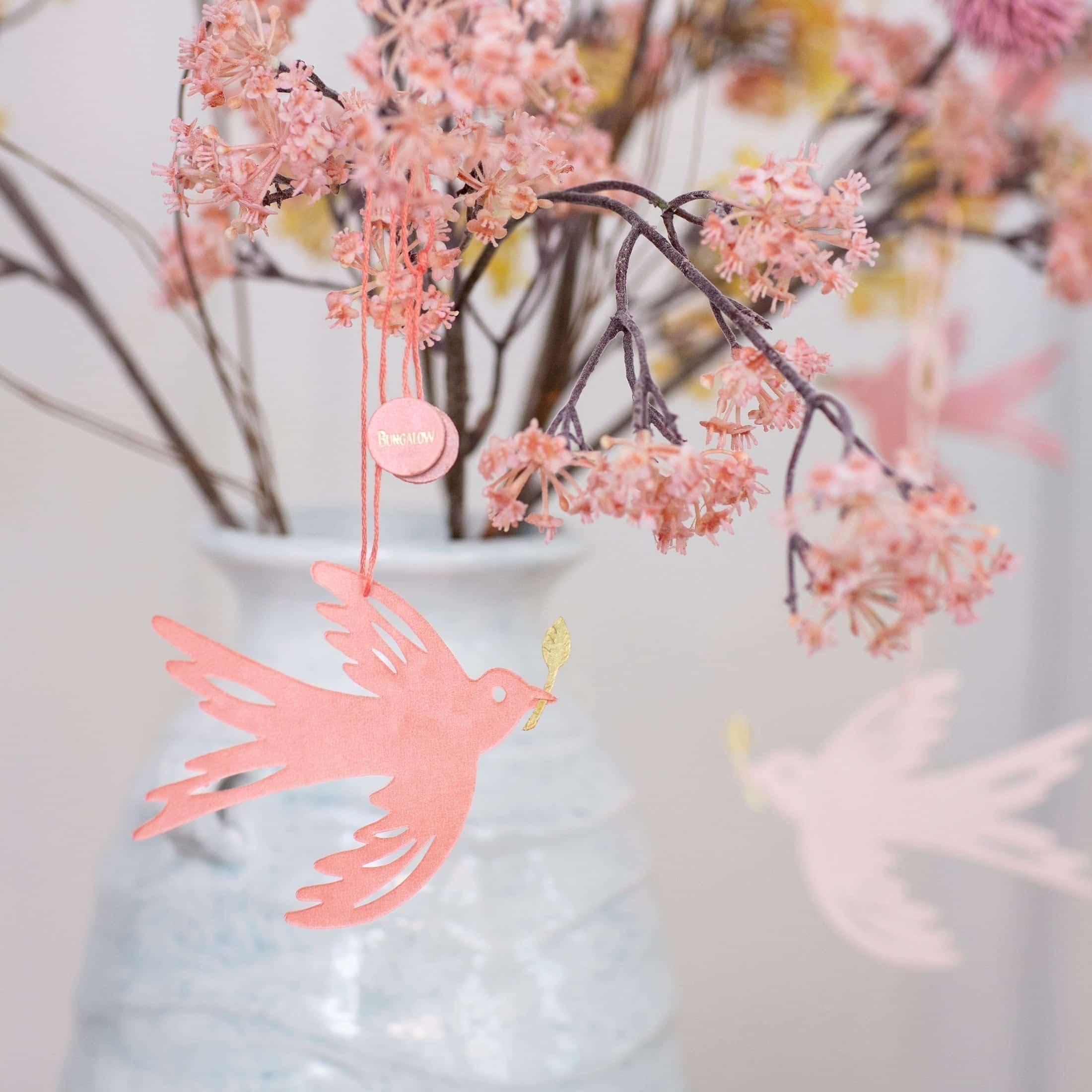 Deko Papier Anhänger Taube in Rosa mit einem goldenen Zweig. Dekoration von der Marke Bungalow Dänemark | online kaufen bei Soulbirdee, schneller Versand