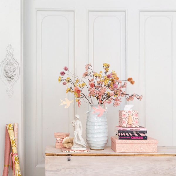 Osterdeko kaufen und schon im Frühling gutgelaunt dekorieren. Bunte Osterei Deko mit natürlichen Materialien und im Skandi Stil. Deko Ideen für Ostern 2020