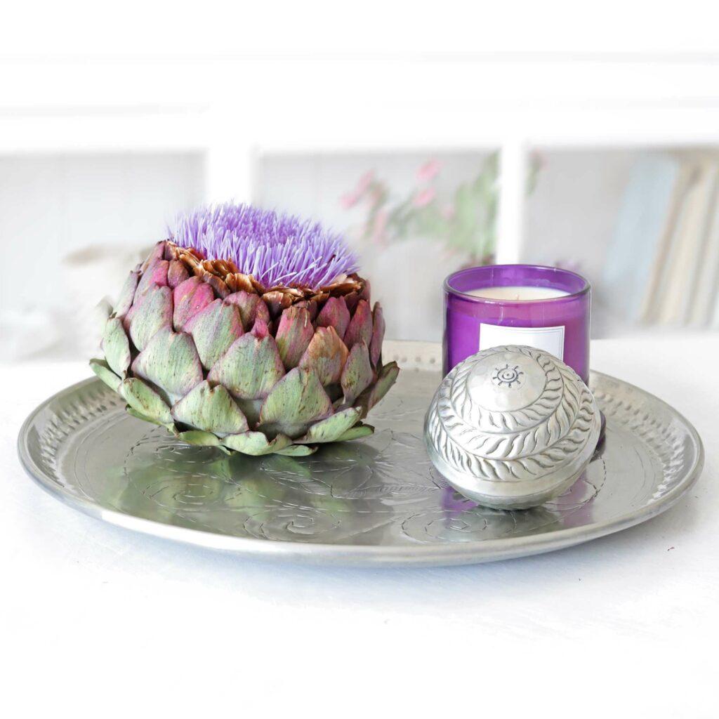 Dekotablett aus Holz oder Metall mit Fundstücken kreativ dekorieren. Ein rundes Tablett und natürliche Materialien. Neuheiten und Trends & Ideen für Ihre Wohndeko