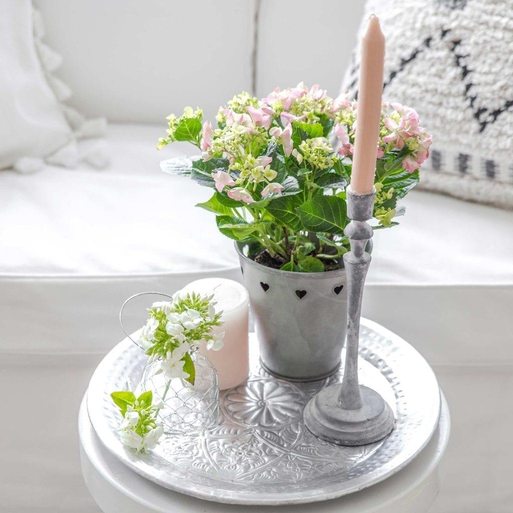 Dekotablett für den Frühling und Sommer mit Hortensie und grauem Kerzenständer. Tablett und Deko in Rosa und Grau.