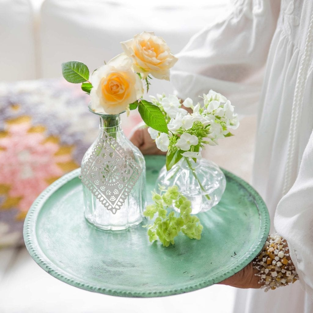 Rundes Dekotablett im Landhausstil. Metalltablett mit Patina in einem hellen Grün, das Tablett haben wir mit Vasen und Blumen dekoriert