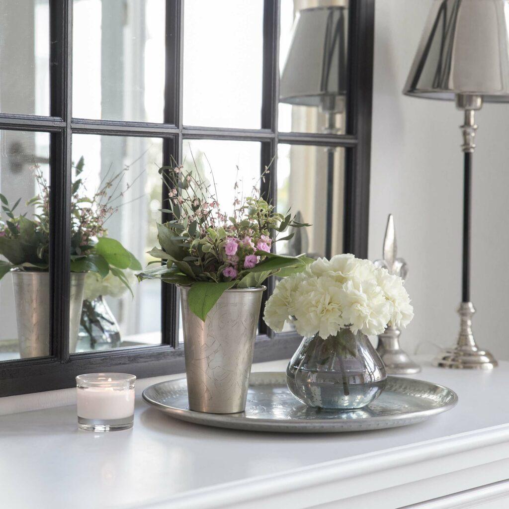 Metalltablett auf Holz-Kommode dekoriert. Ein hübsches Willkommen wenn man zuhause ankommt.