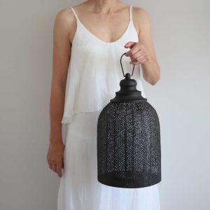 Marokkanisches Windlicht in Schwarz mit 32cm Höhe aus Metall mit wunderschönem Muster. Kerze und Windlicht für Drinnen und Draußen