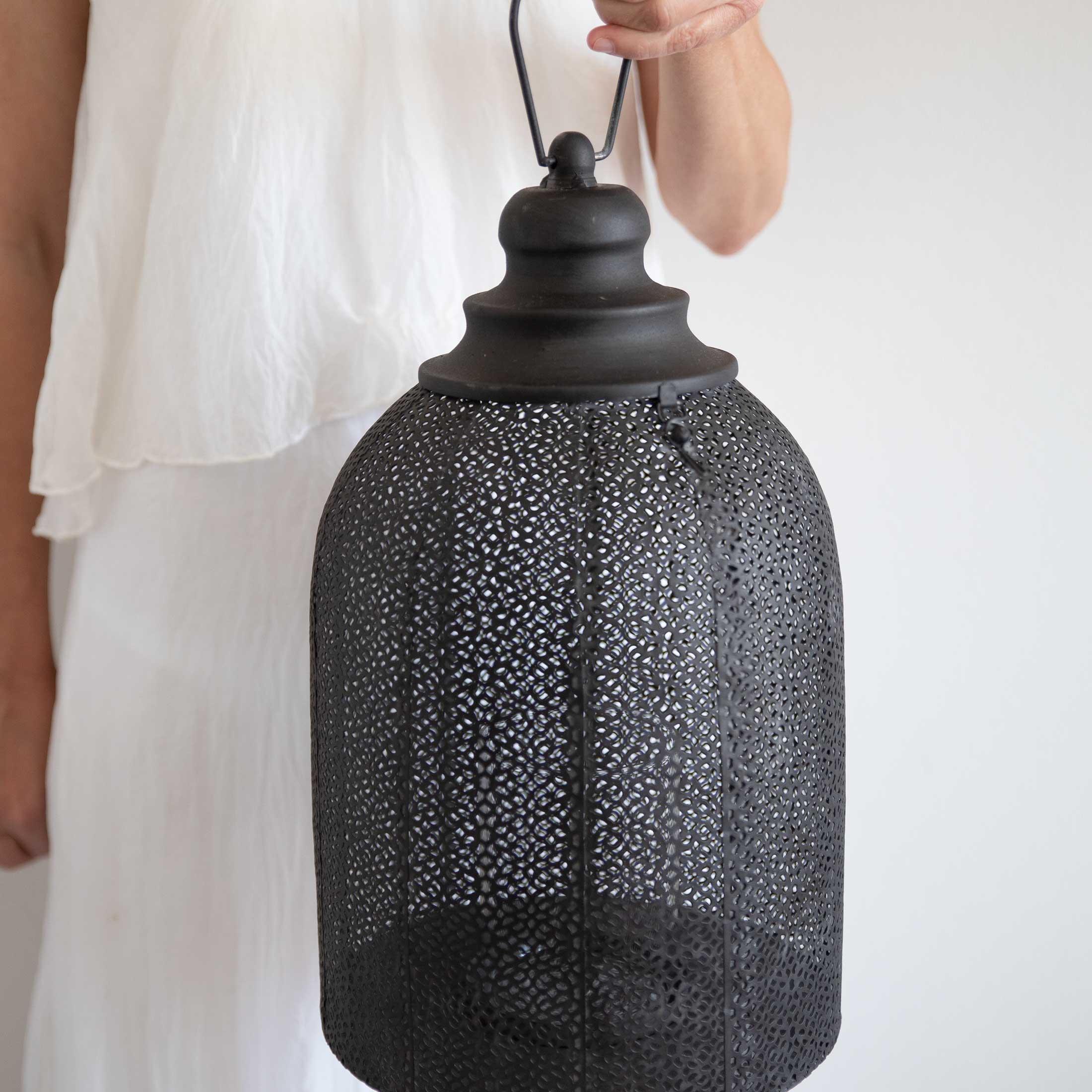 Marokkanisches Windlicht in Schwarz mit 32 cm Höhe aus Metall mit wunderschönem Muster zum Aufhängen und Hinstellen. Dekoration Windlicht im orientalischen Stil