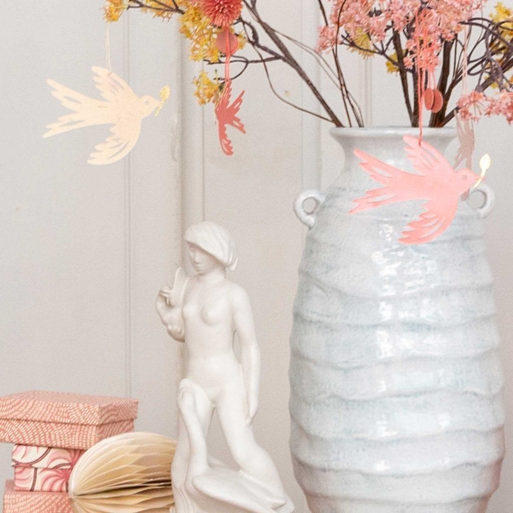 Deko Ideen für Ostern mit Papiervögeln von Bungalow und Zweigen in einer Vase