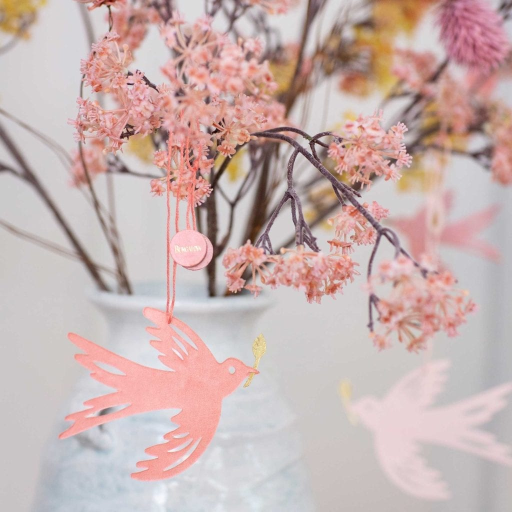 Osterdeko kaufen in Rosa und Limone Pastell. Papiervögel von Bungalow in Zweigen dekoriert.