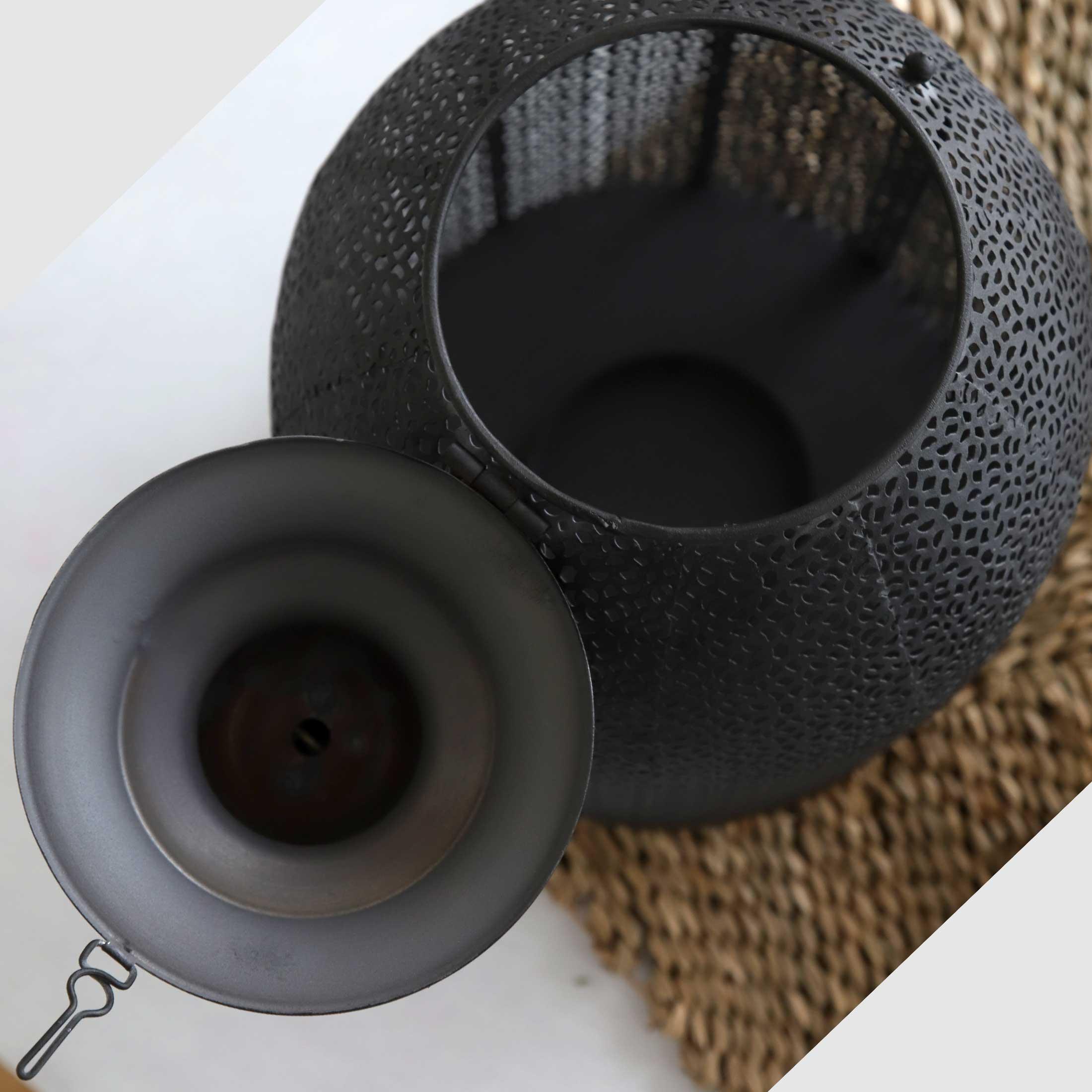 Marokkanisches Windlicht in Schwarz mit 32cm Höhe aus Metall zum aufhängen und hinstellen. Wunderschöne Windlichter für Drinnen und Draußen im Soulbirdee Onlineshop kaufen