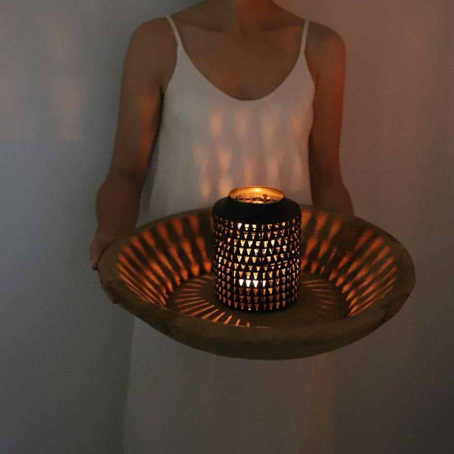 Schwarzes Windlicht aus Metall in Schwarz mit Glasbehälter innen für die Kerze - für den Schutz vor Funkenflug. Laterne für Drinnen und Draußen