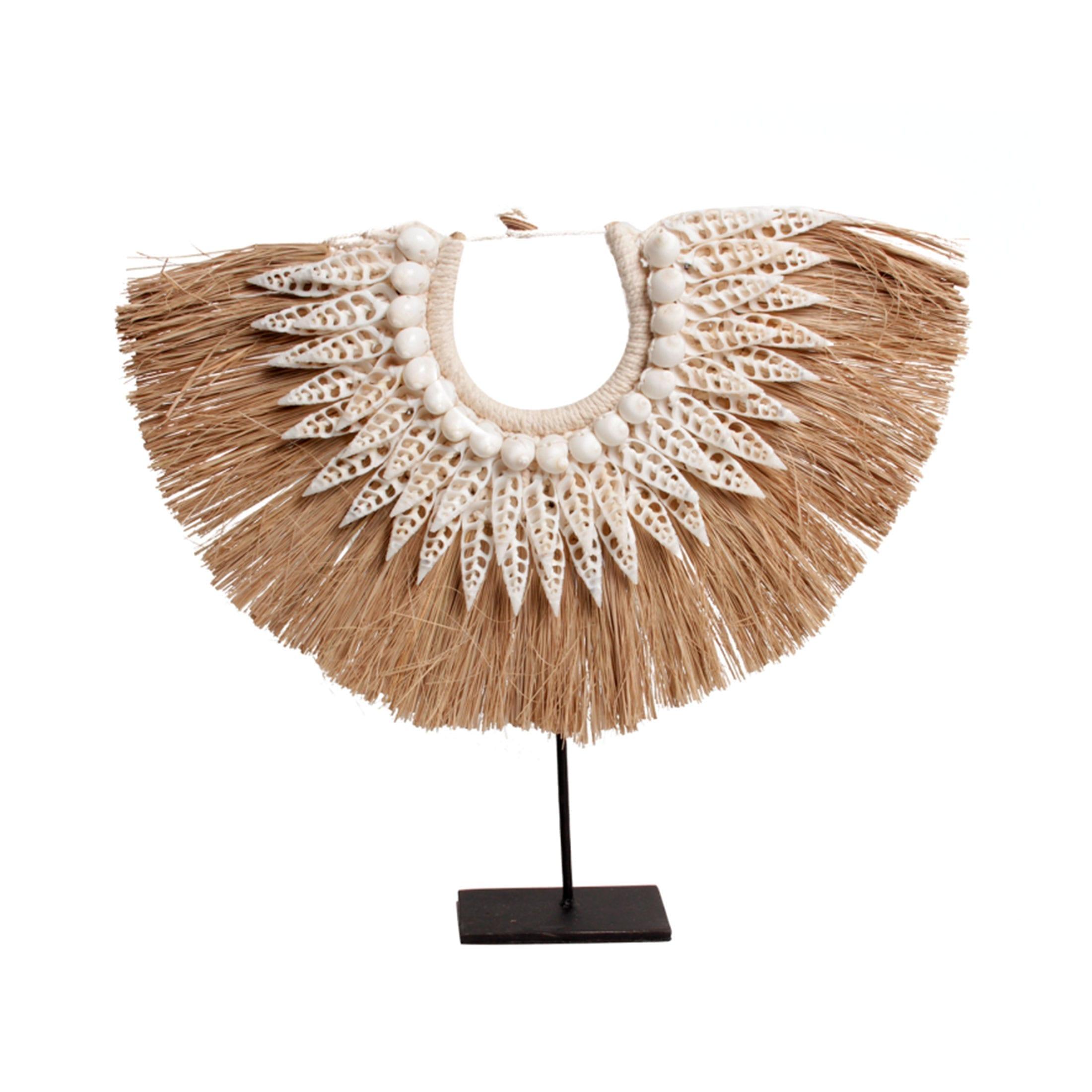Ethno Dekoration aus echten Muscheln und Stroh im angesagten Look aus Papua Neuguinea. Entdecken Sie weitere Deko aus Muscheln und Federn bei uns