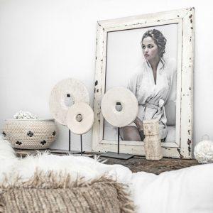 Deko aus Marmor in Weiß auf einem Metallständer in 3 Größen. Deko Marmorscheibe im Bohemian Wohnstil von Bazar Bizar - jetzt entdecken
