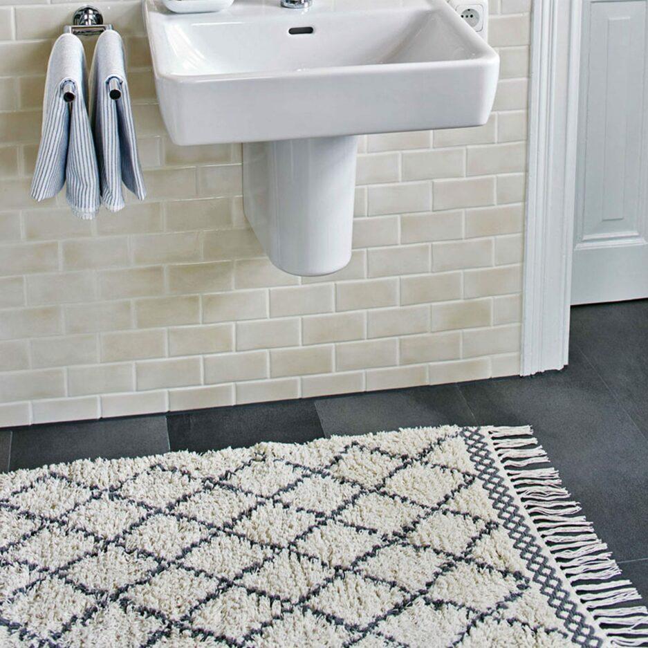 Beni Ourain Teppich in Beige Weiß und Grau aus weicher Bio Baumwolle in 60 x 90 cm von Liv Interior. Gesunder Badezimmer-Teppich aus fairer Produktion | schneller Versand