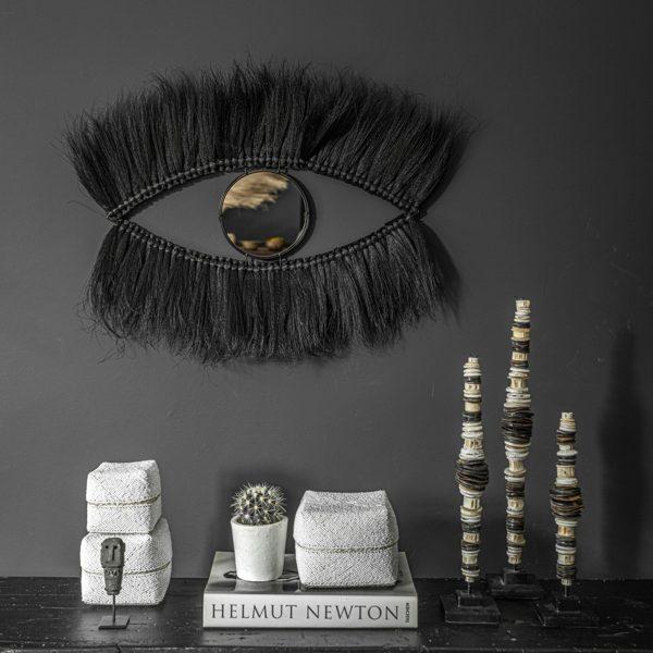 Spiegel mit Wimpern in Schwarz aus feinem Gras von der Trendmarke Bazar Bizar. Der marokkanische Spiegel dekoriert die Wand mit 100cm Länge
