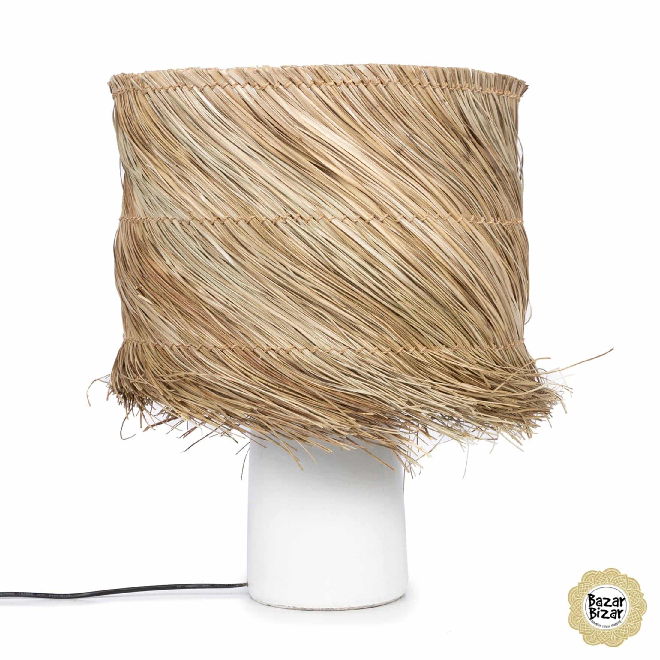 Lampe im maritimen Stil für das Schlafzimmer von der Marke Bazar Bizar. Die Tischlampe aus Gras und Terracotta gibt es in Weiß & Schwarz im Shop