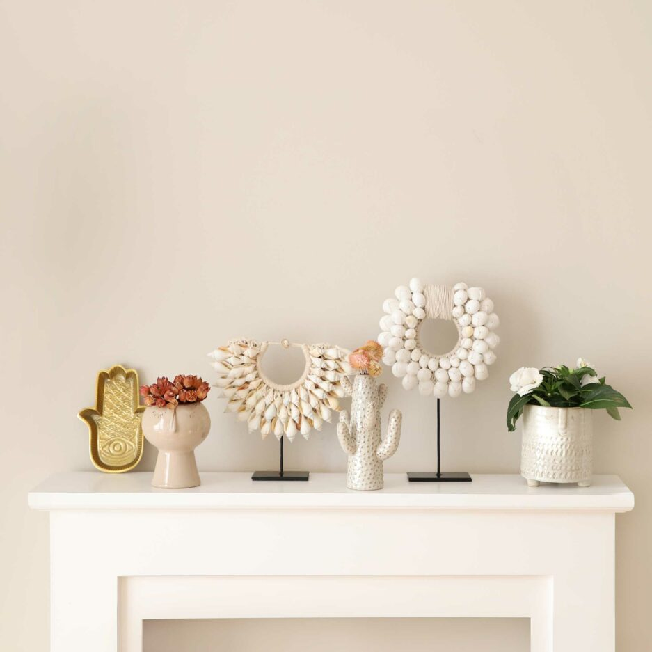 Kaktus Vase, Blumentopf Face, Übertopf Frau aus Porzellan, Muschelkette, Hamsa Tablett Gold | Wohndeko im Boho Style. Deko im Bohemian Stil | Soulbirdee Onlineshop