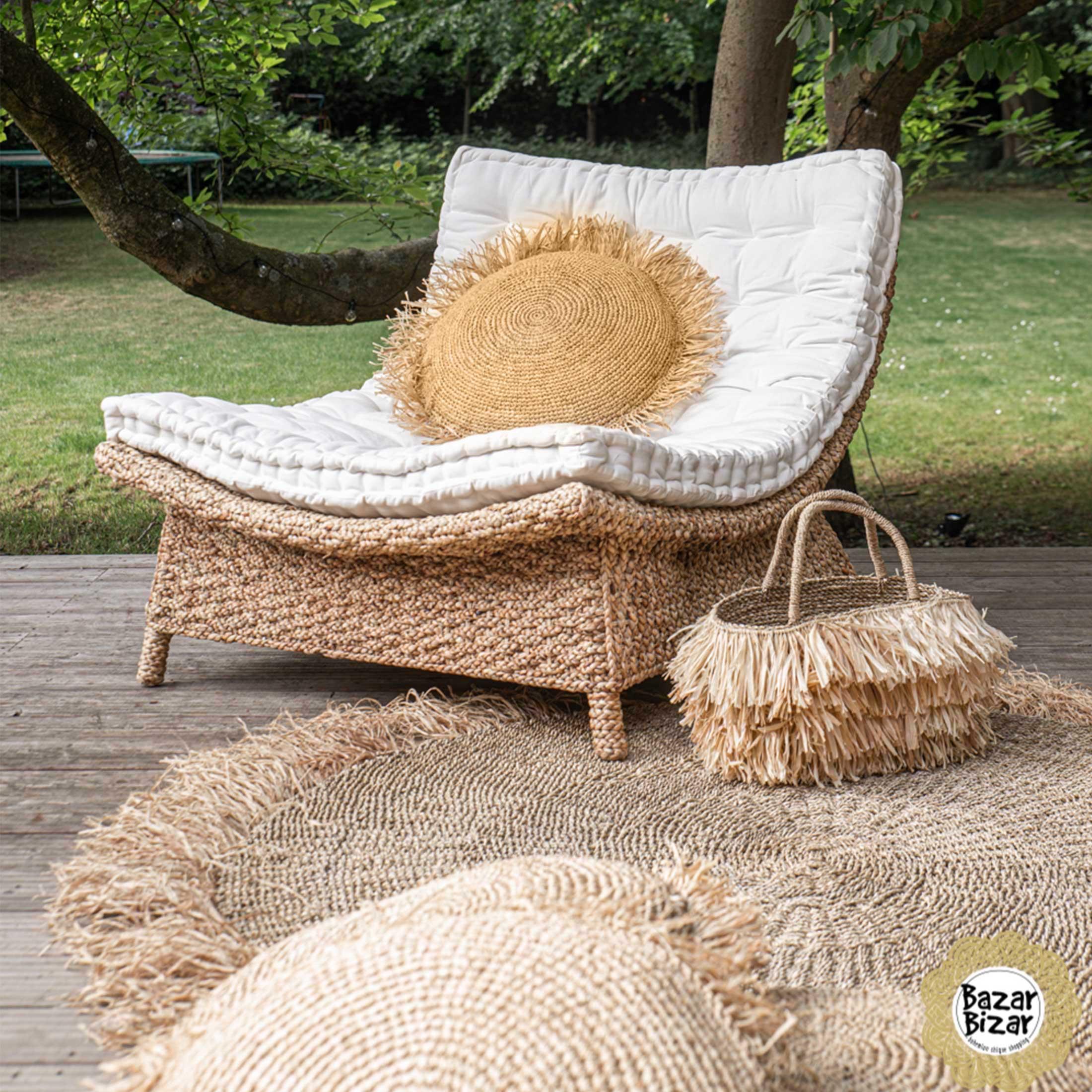 Rundes Kissen aus Bast in vielen Größen mit Kissenfüllung von der Trendigen Marke Bazar Bizar. Entdecken Sie die besonderen Deko Kissen für das Urlaubsflair