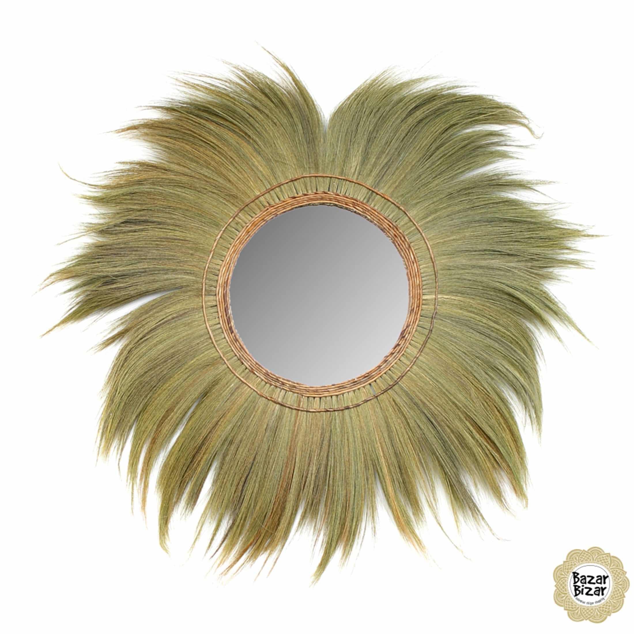 Maritimer Spiegel mit einer Verzierung aus Gras und einem Durchmesser von 130 cm. Der Wandspiegel im Bohemian Look von Bazar Bizar verzaubert das Zuhause