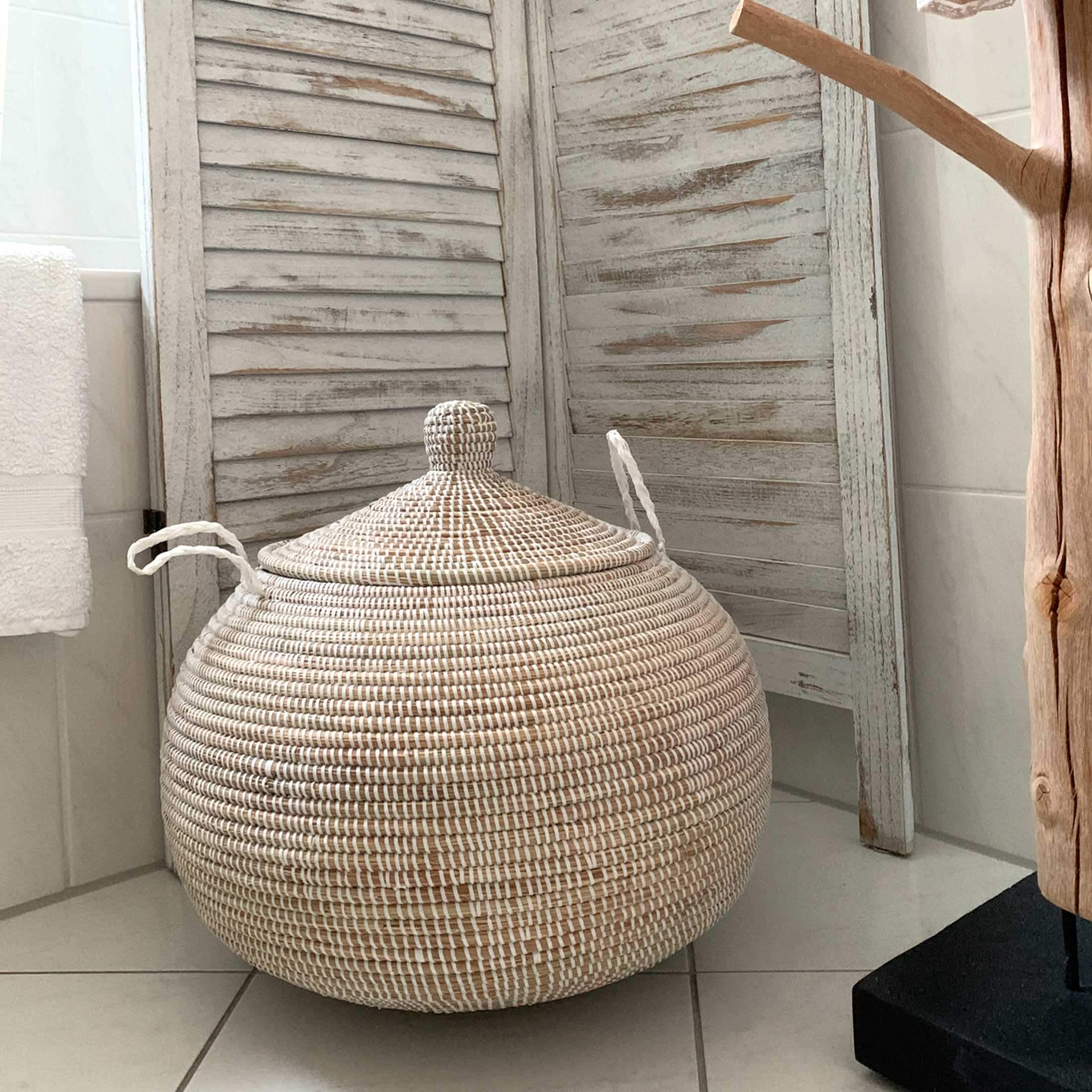 Korb mit Deckel Weiß und Henkel | Weißer Deckelkorb aus Seegras & weißem Band geflochten | Runder Korb als Wäschekorb oder zur Aufbewahrung | Onlineshop