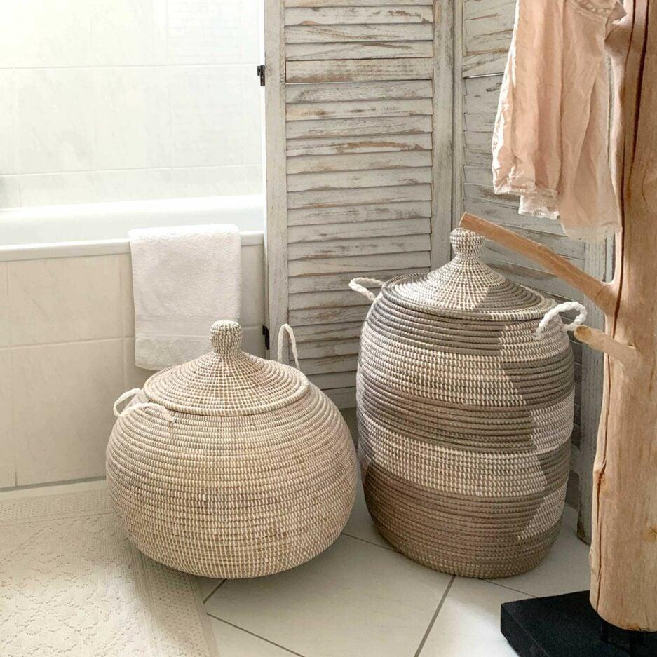 Korb mit Deckel Weiß und Henkel | Weißer Henkelkorb aus Seegras & weißem Band, Deckelkorb | Runder Korb als Wäschekorb oder zur Aufbewahrung | Onlineshop