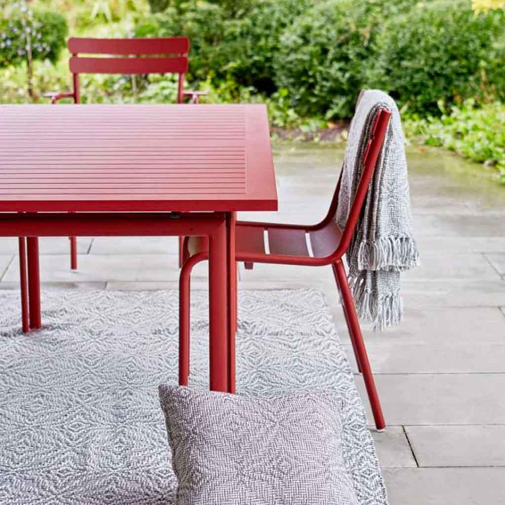 Outdoor Wohnzimmer Kissen aus weichem Material für den Balkon und die Terrasse. Boho Style Kissen mit Fransen in Schwarz / Weiß für draußen. Dazu Teppich im Boho Stil | Soulbirdee Shop