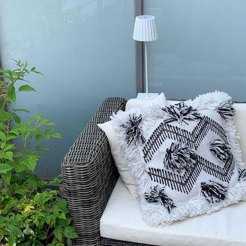 Outdoor Dekoration mit Teppich und Leseleuchte für den Balkon und die Terrasse. Dazu passende Kissen im Boho Stil und im skandinavischen Stil. Outdoor Lampe mit Akku ohne Kabel