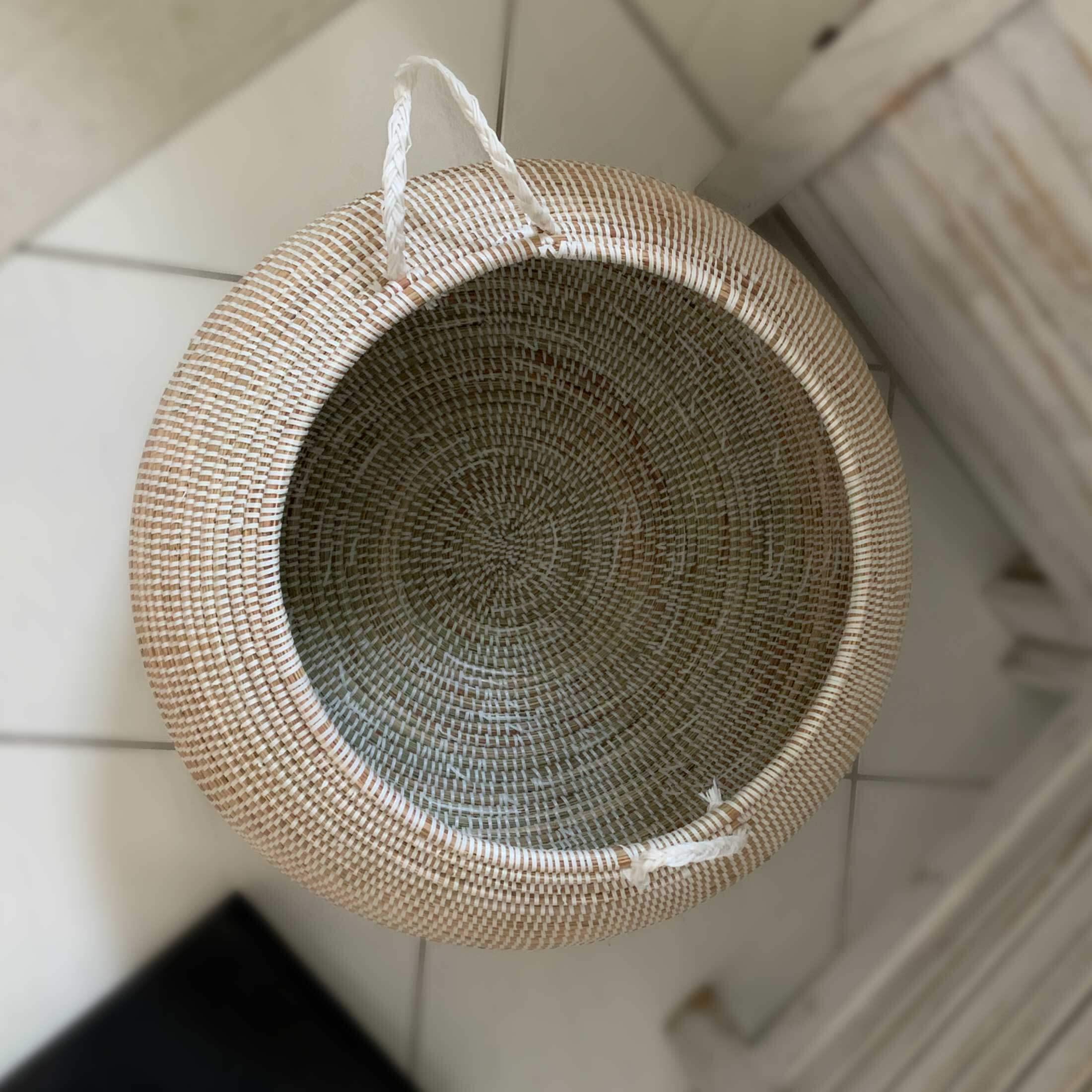 Weißer Deckelkorb für die Wäsche l Weiß und Henkel | Aus Seegras & weißem Band, Deckelkorb | Runder Korb als Wäschekorb oder zur Aufbewahrung | Onlineshop