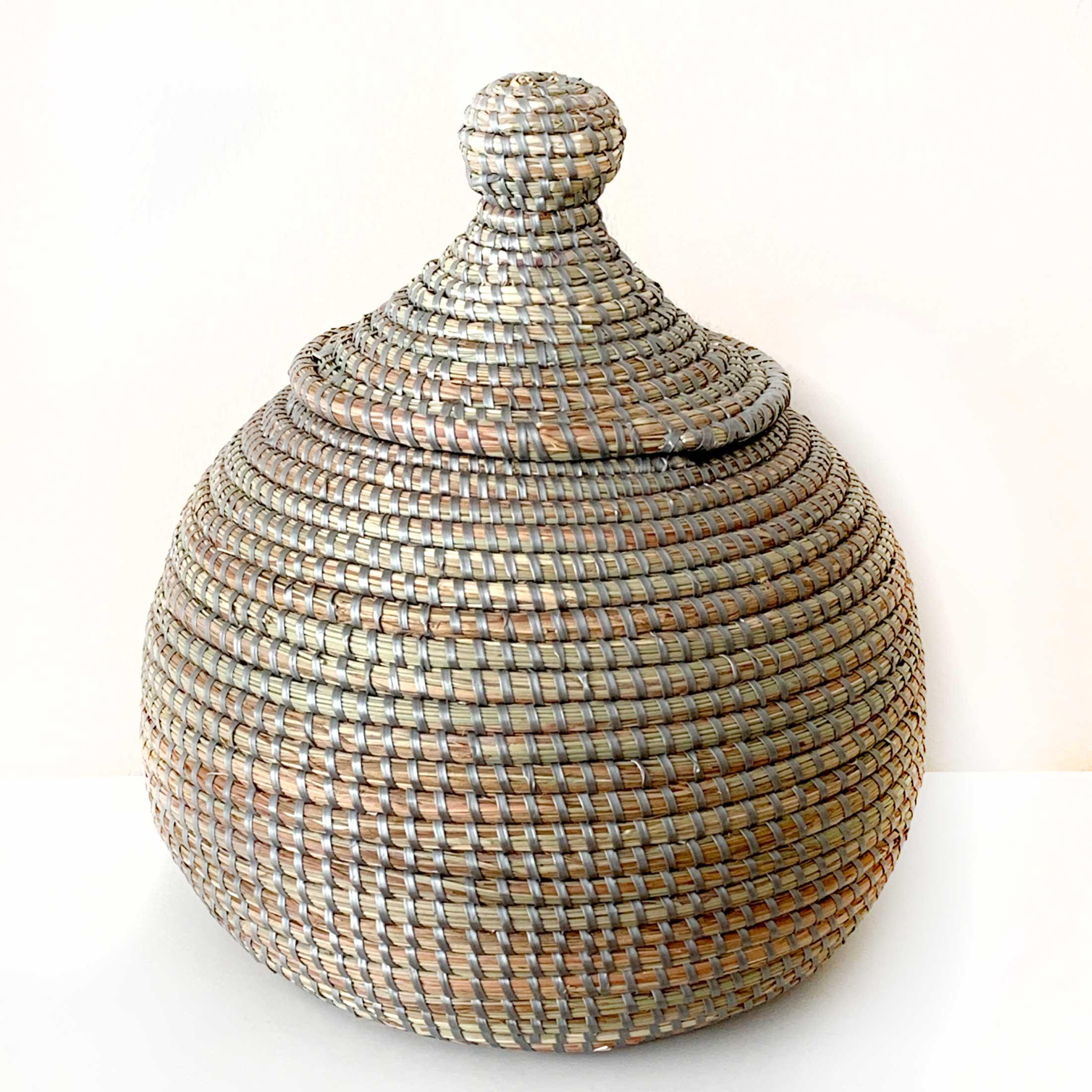 Deckelkorb aus Gras um ganz viele Kleinigkeiten darin zu verstauen. Nützlich und schicke Dekoration zugleich. Passend für Badezimmer, Flur, Wohnzimmer, Küche
