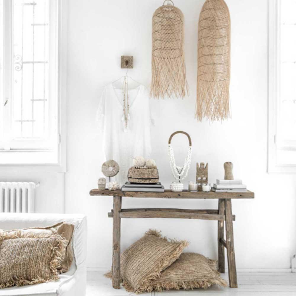 Ibiza Style Dekor für zuhause gelingt ganz einfach mit diesen Ideen und Wohndeko. Viel Weiss, Holz und Bambus, Kissen mit Pailetten, Muscheln. Ethno Ibiza