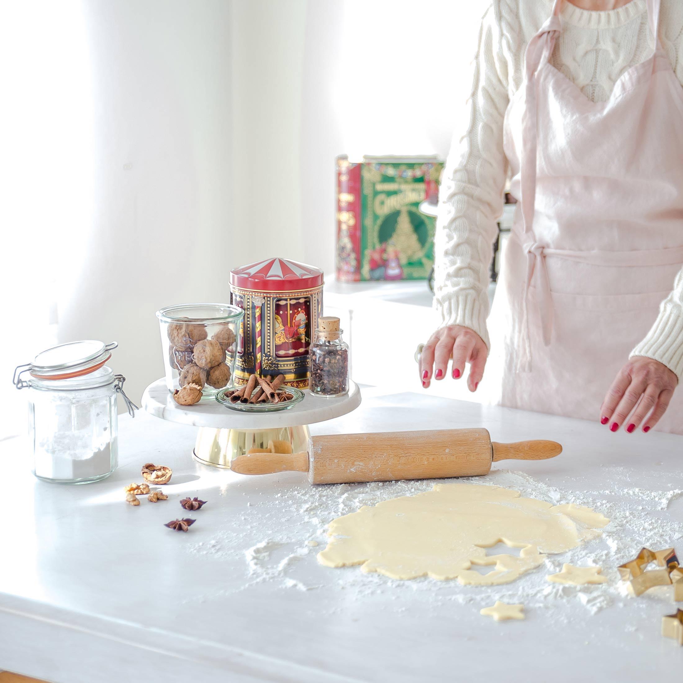 Kuchenständer aus Marmor in Weiß und Gold von der Marke Bloomingville. Der elegante Kuchenständer hat einen Durchmesser von 27,5 cm