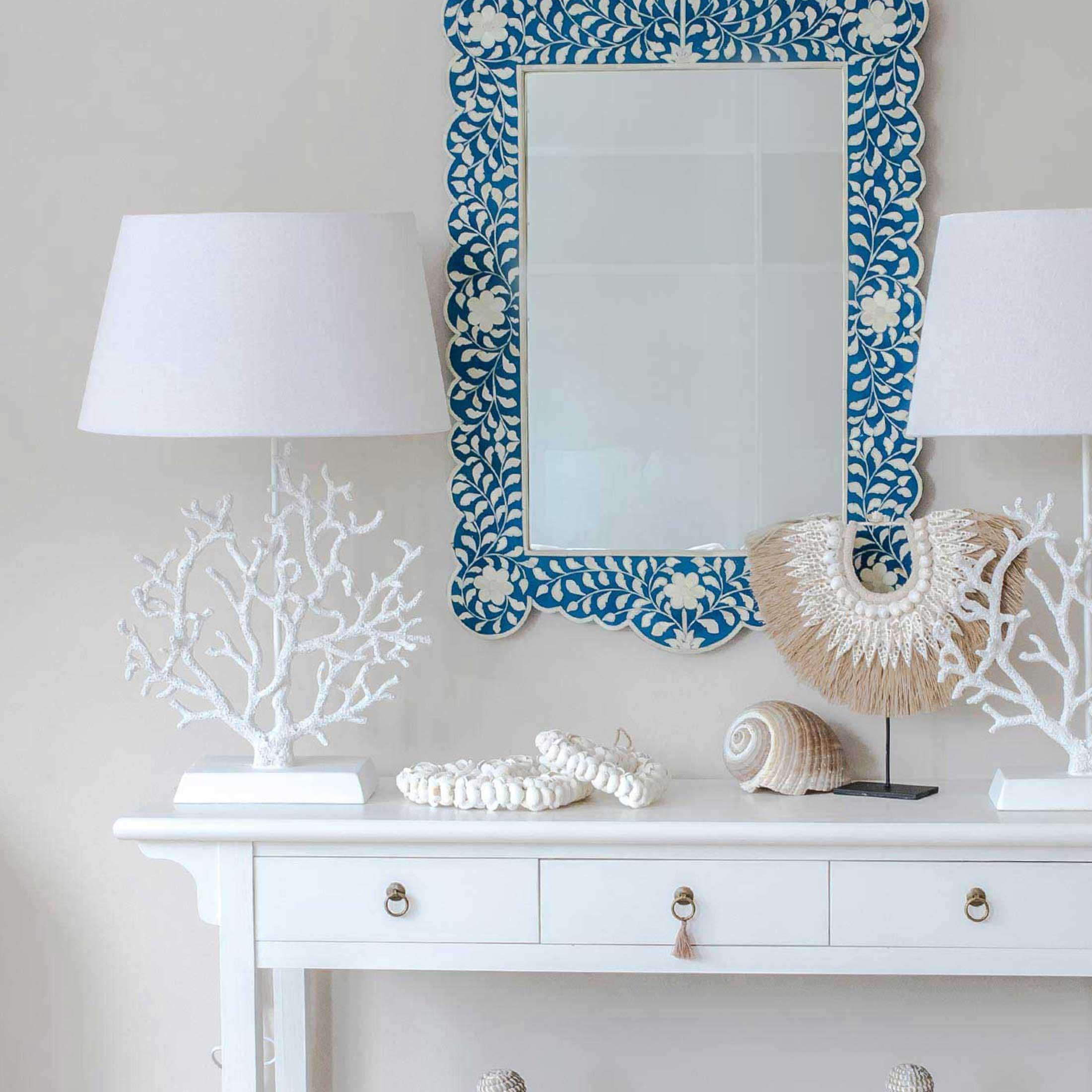Weisse Tischlampe im maritimen Stil mit einer weißen Koralle. Verlieben Sie sich in die Lampe im Ibiza Sommer Look! Strandhaus Wohndeko im Soulbirdee Onlineshop