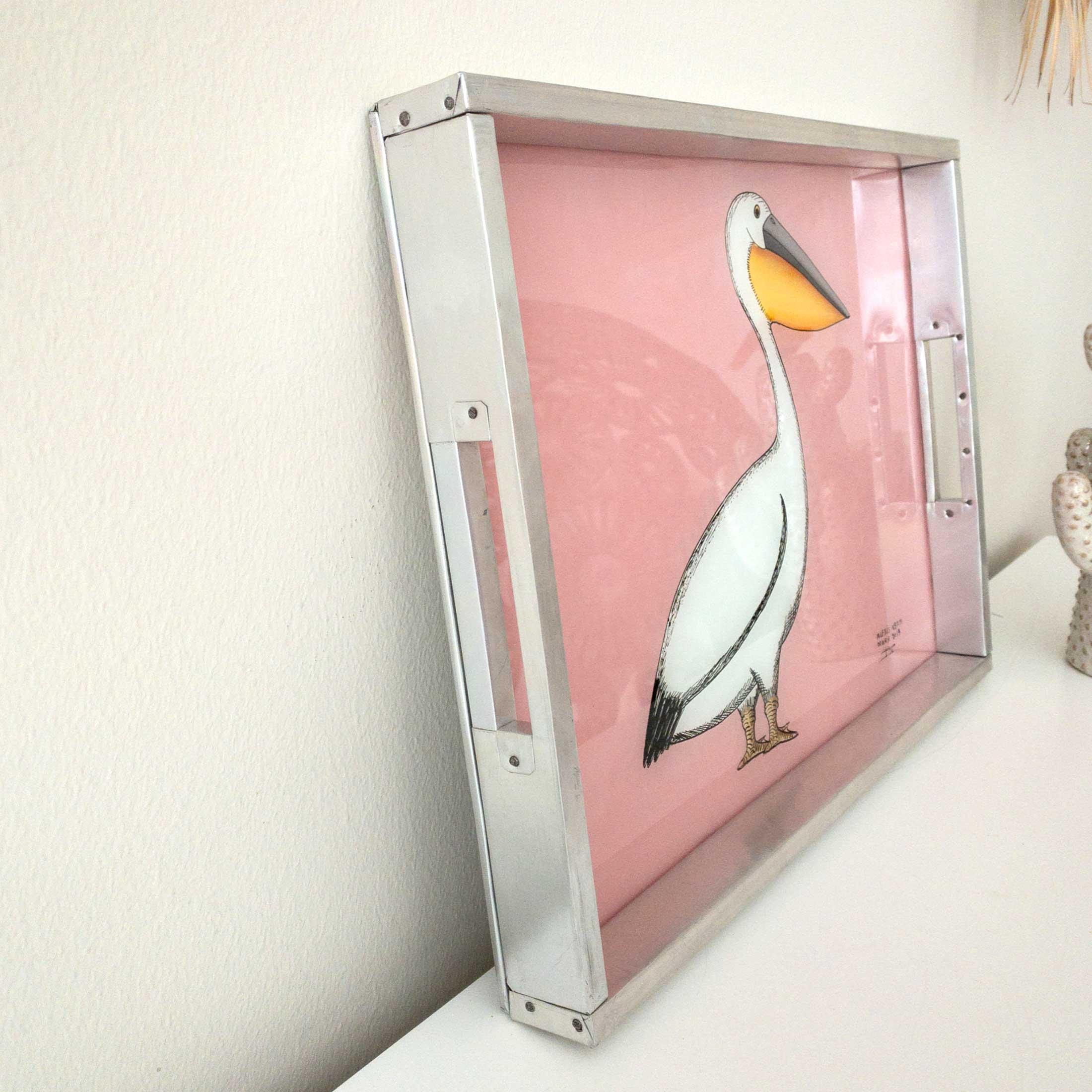 Leichtes Tablett aus Afrika mit Pelikan als Hinterglas-Malerei. Das Dekotablett im Ibiza Stil besteht aus Aluminium und Glas, Hinterglasmalerei