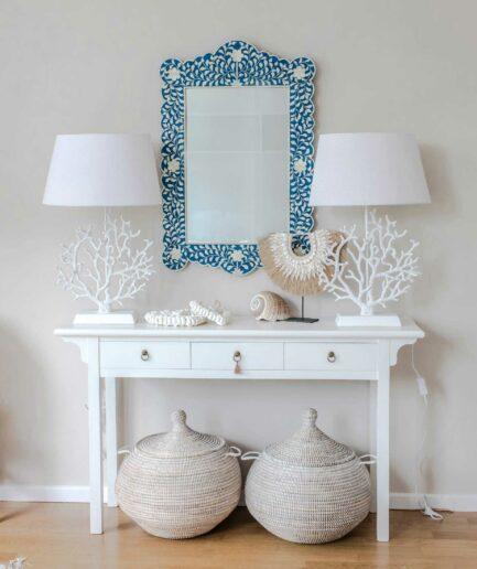 Lampe im maritimen Stil mit einer weißen Koralle von der Marke J-Line. Verlieben Sie sich in die Tischlampe im Ibiza Sommer Look | Soulbirdee