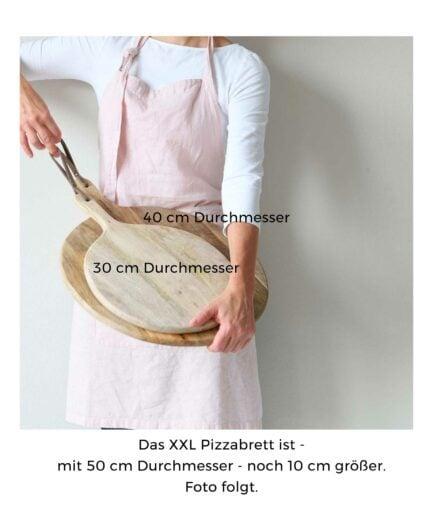 Servierbrett XXL Pizzabrett mit 50 cm Durchmesser. Das runde Brett aus Holz mit Griff hat eine Aufhängung aus Leder. Schneidebrett, Rundes Pizzabrett kaufen