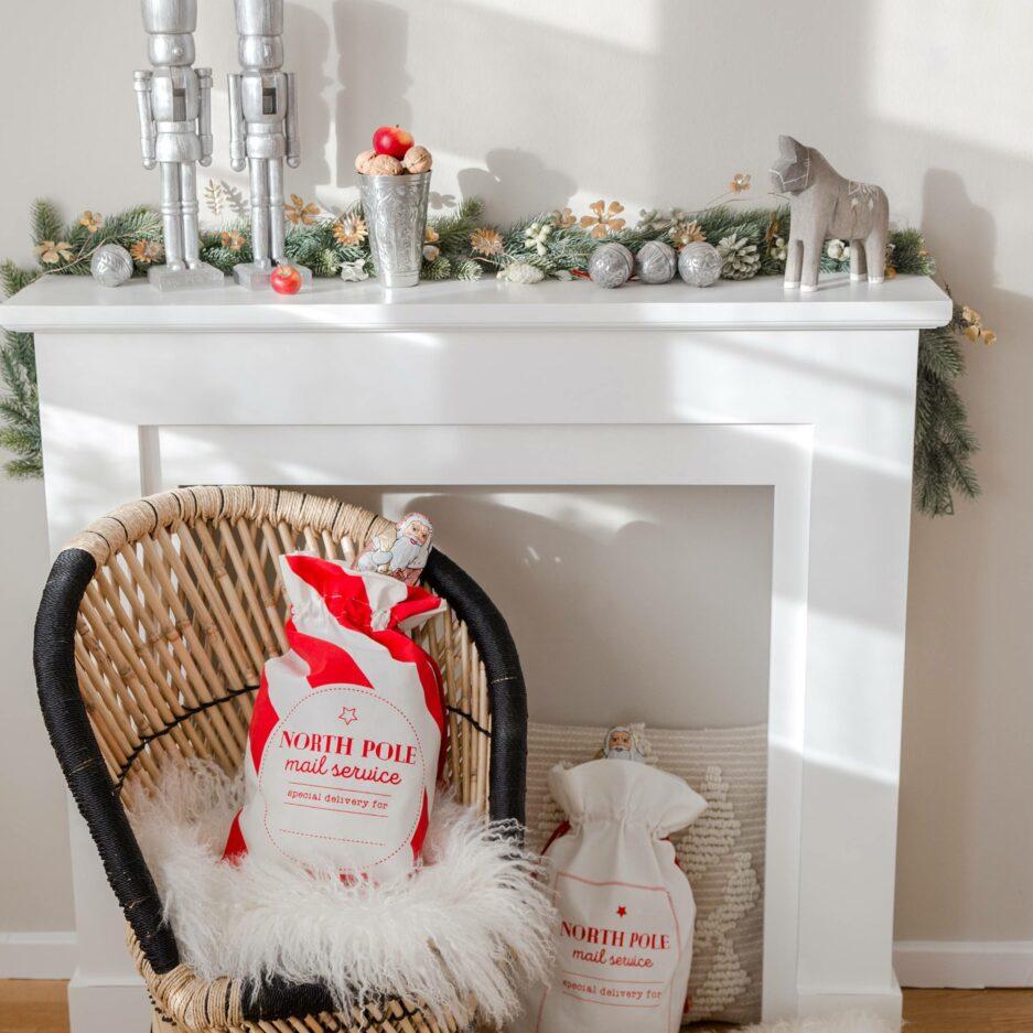 Roter und Weißer Nikolaus-Sack für Süßigkeiten kaufen. Die großen Nikolaus-Säcke sind im skandinavischen Look für Weihnachten eine schicke Deko und ein süßes Geschenk. Nikolaus Sack online kaufen