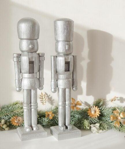 Deko Nussknacker in Silber von der Marke Jline. Die Nussknacker im eleganten Stil sind die perfekte Weihnachtsdeko für ihre Tischdekoration