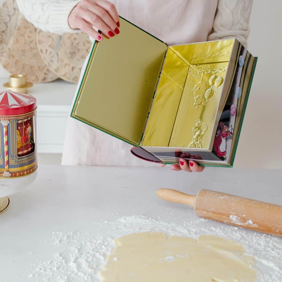Große Blech-Dose für Plätzchen in der Form eines Buches vom Nikolaus für die Weihnachtsplätzchen und als Geschenk ♥ Entdecke die wunderschöne Auswahl an Keksdosen mit vielen Motiven & Designs ♥ Onlineshop