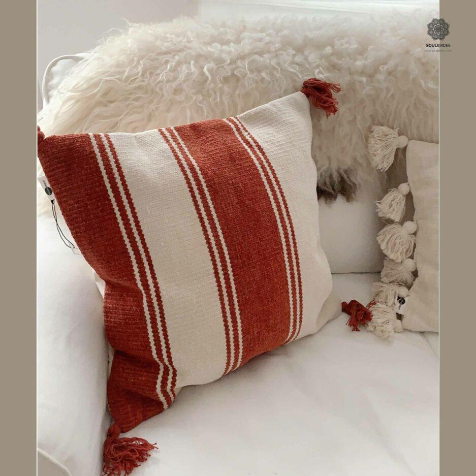 Kissenhülle im rustikalen Stil mit Streifen & Bommel ♥ Madam Stoltz bei Soulbirdee Onlineshop ♥ Kollektion Winter AW 2020 Kissen online kaufen