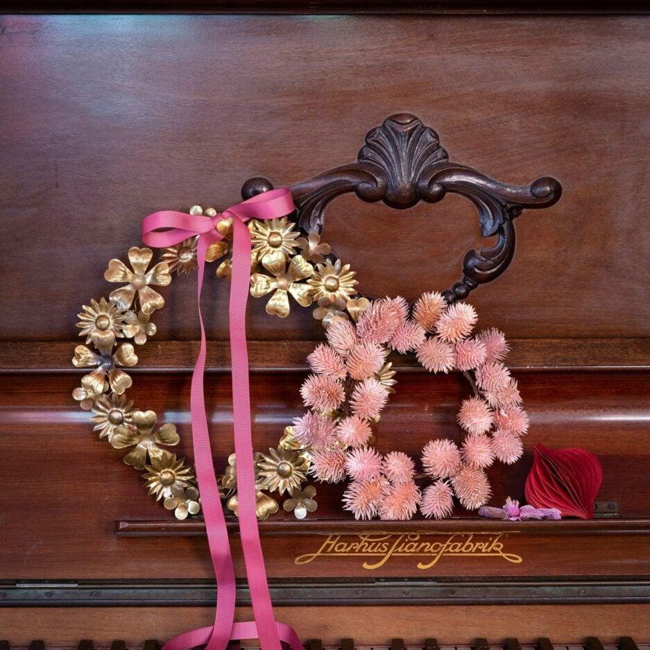 Blumenkranz aus Metall von der Marke Bungalow DK. Entdecken Sie die traumhaft schönen Blumenkränze in Gold für die Deko an Weihnachten