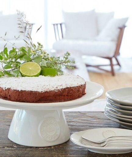 Weiße Kuchenplatte mit Fuß und Logo Branding ♥ Der Tortenständer ist aus robustem Steinzeug & in Portugal hergestellt ♥ Soulbirdee Onlineshop